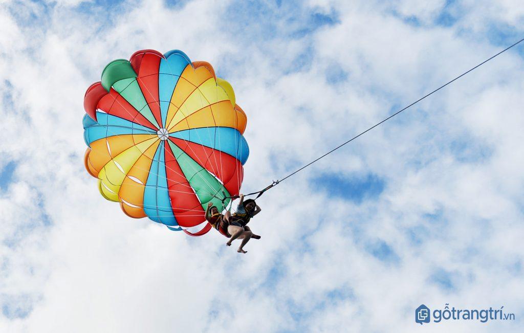 Trải nghiệm cảm giác bay trên không trung, tận mắt chiêm ngưỡng trọn vẹn phong cảnh bên dưới. (ảnh: internet)