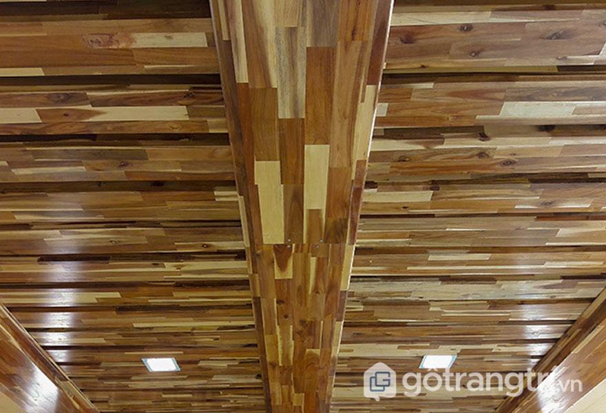Trần nhà được làm gỗ ghép thanh tự nhiên (Ảnh: Internet)