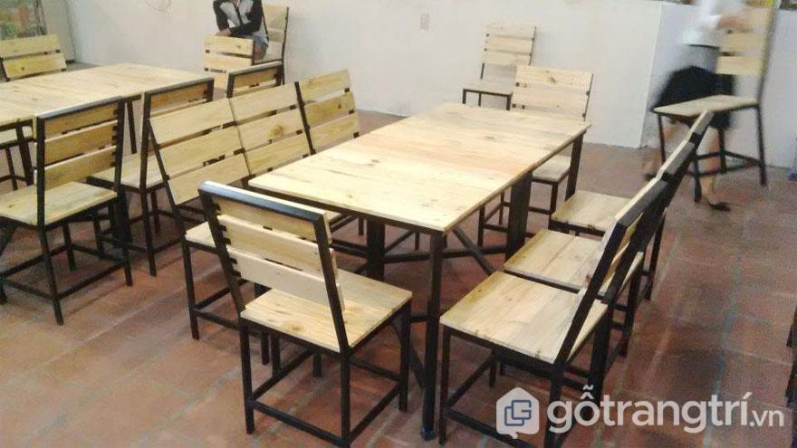 Gỗ pallet làm bàn ghế cafe môc mạc(Ảnh: Internet)