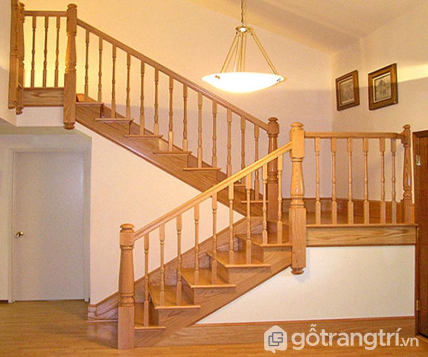 Cầu thang bộ làm từ gỗ sồi tự nhiên (Ảnh: Internet)