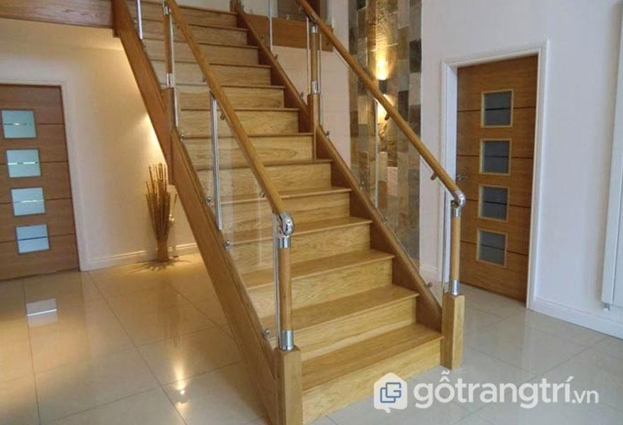 Cầu thang gỗ sồi màu sắc vàng nhạt (Ảnh: Internet)