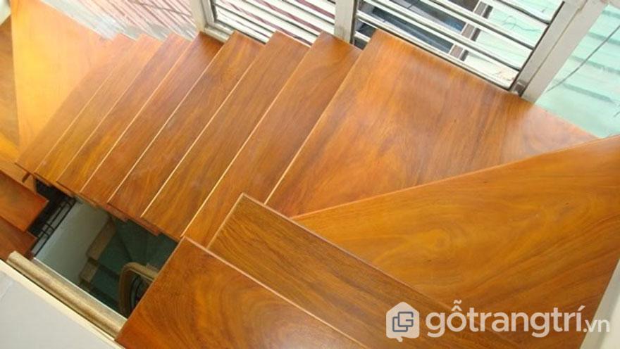 Cầu thang gỗ sồi mang màu sắc tự nhiên (Ảnh: Internet)