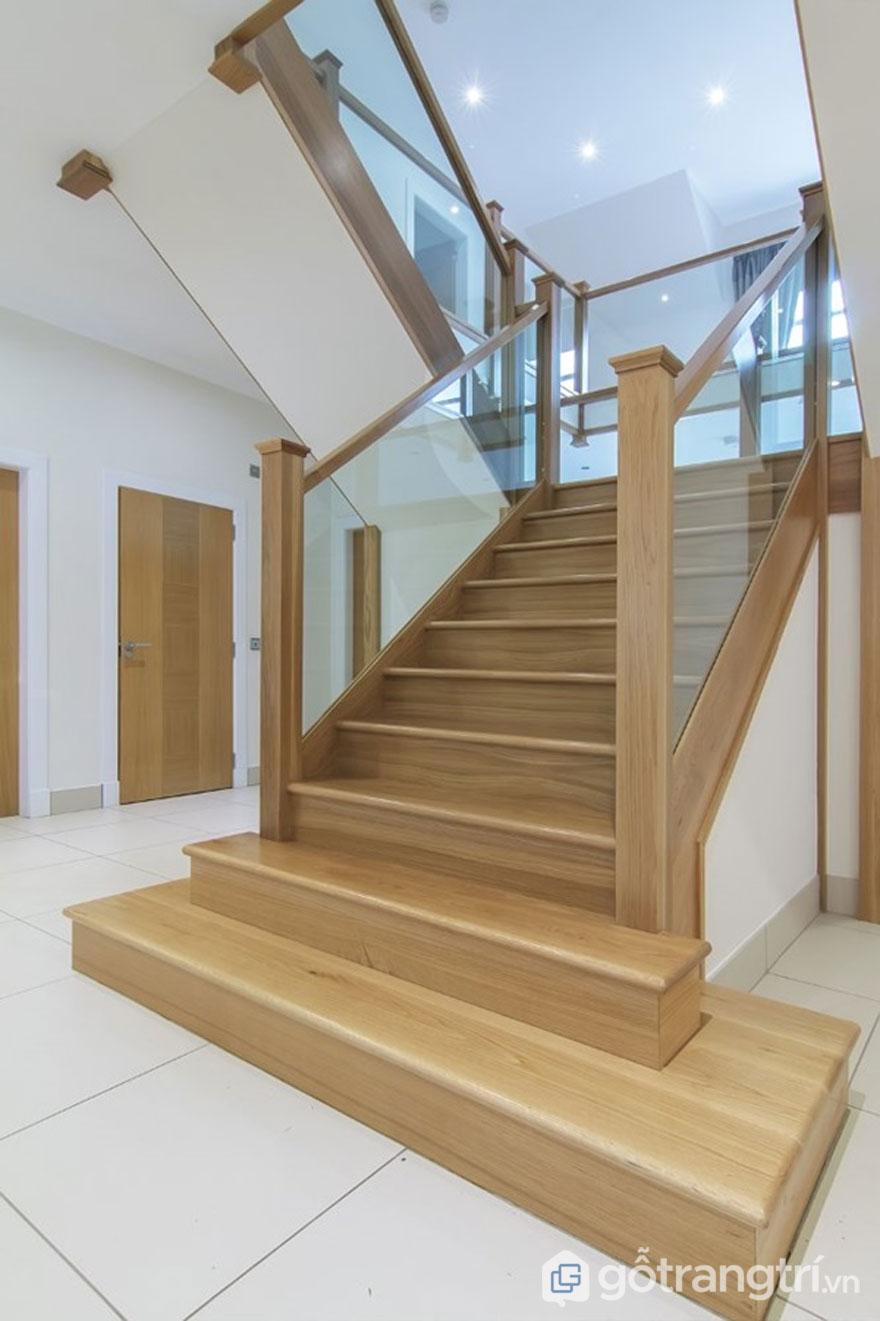Cầu thang làm từ gỗ sồi tự nhiên sáng bóng (Ảnh: Internet)