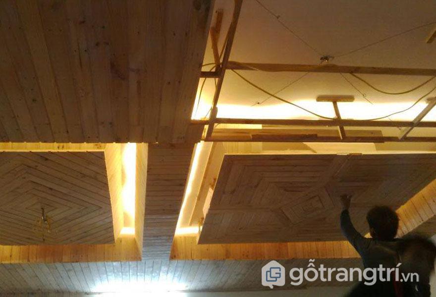 Trần nhà bằng gỗ thông (Ảnh: Internet)