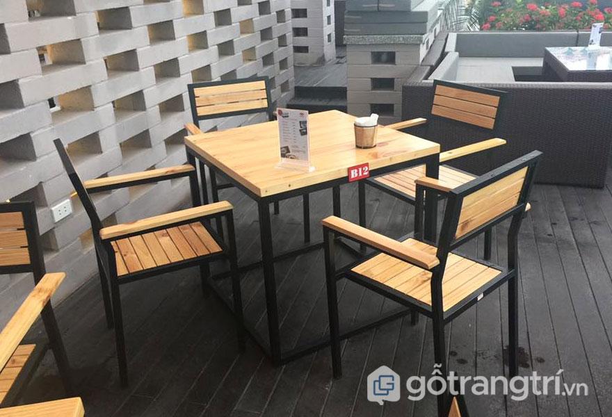 Bàn ghế quán cafe bằng gỗ thông (Ảnh: Internet)