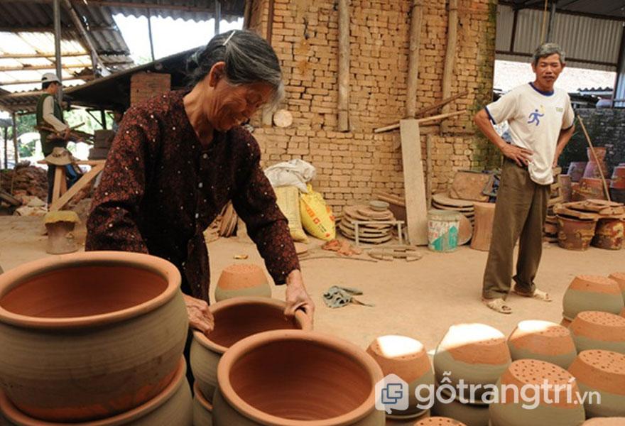Người thợ xếp sản phẩm gốm cẩn thận qua lò nung - Ảnh: Internet