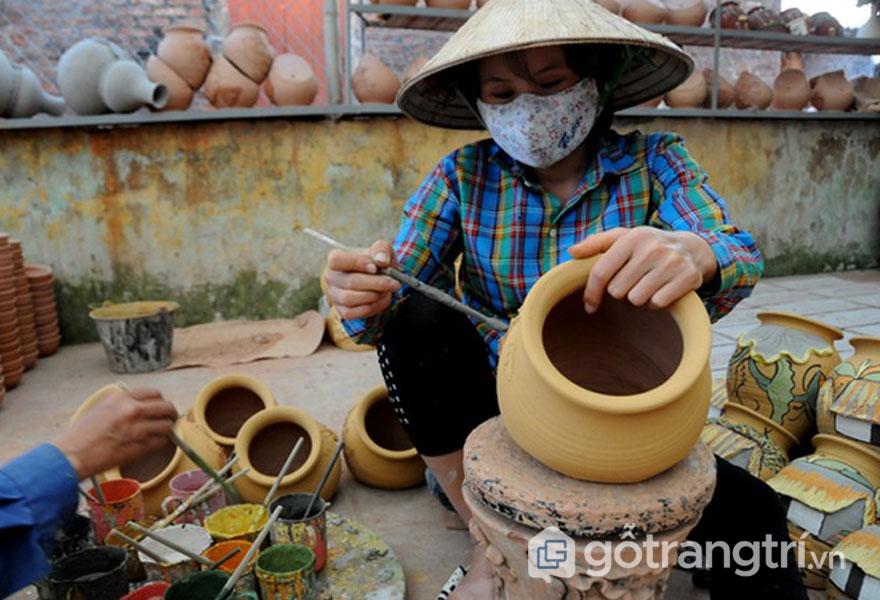Nét độc đáo của gốm Phù Lãng là chất liệu làm men tráng gồm có tro cây - Ảnh: Internet