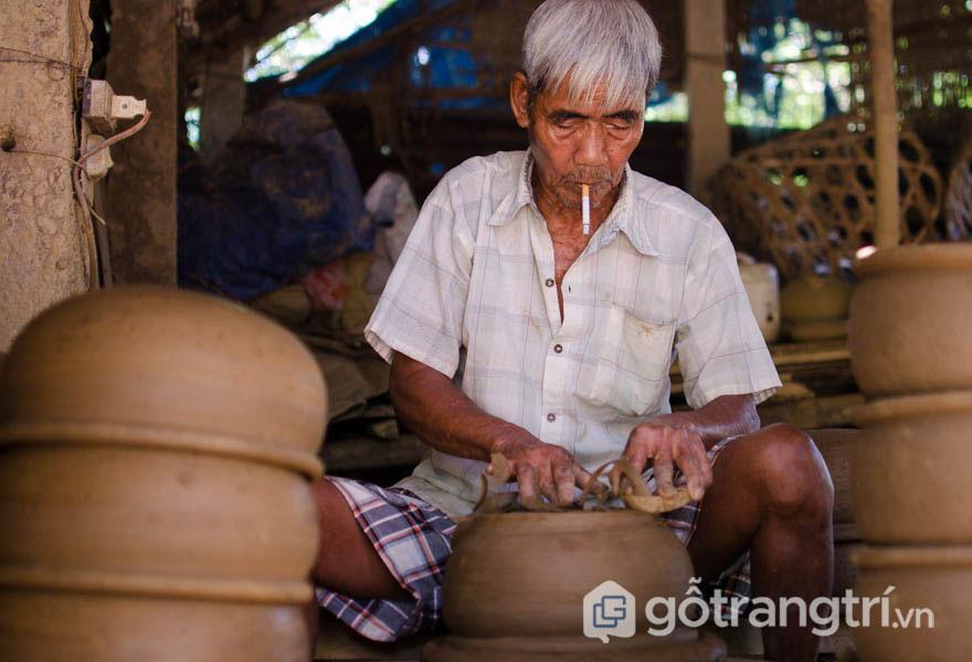Nghệ nhân Nguyễn Ngữ đang trau chuốt sản phẩm gốm của mình (Ảnh: Internet)