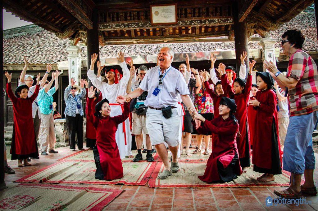 Một du khách nước ngoài cùng trải nghiệm nghệ thuật hát xoan Phú Thọ. (ảnh: internet)