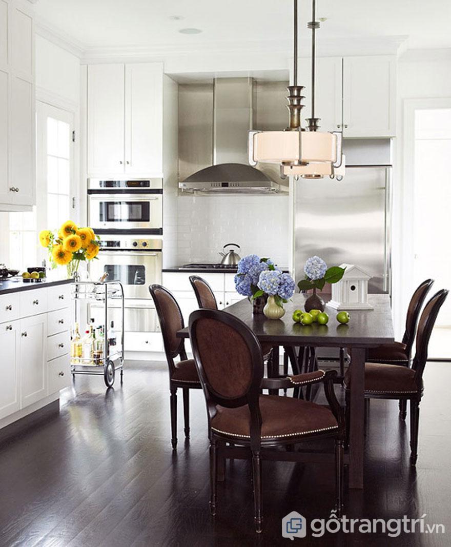 Bếp ăn màu trắng kết hợp bàn ăn màu nâu tôn lên sự sang trọng cho căn bếp - Ảnh: Internet