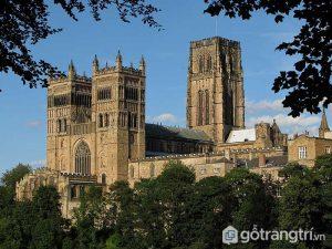 Nhà thờ Durham là sự kết hợp khéo léo giữa các khối nhà cùng nhiều vòm trần theo dạng múi - Ảnh Internet