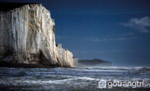Vách đá sừng sững bên bờ biển này nằm ở East Sussex, Anh - Ảnh Internet