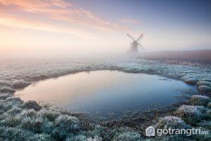 Cối xay gió nằm trơ trọi gần một đầm lầy gợi nhớ đất nước Hà Lan này thực ra được chụp tại Suffolk, Anh - Ảnh Internet
