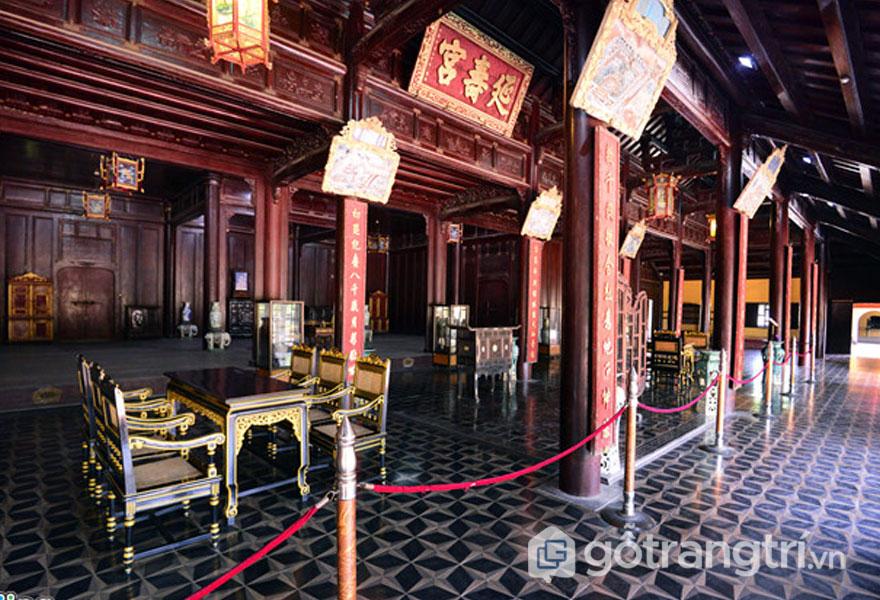 Bên trong cung Diên Thọ là những nội thất cổ xưa hoàng tộc (Ảnh: news.zing.vn)