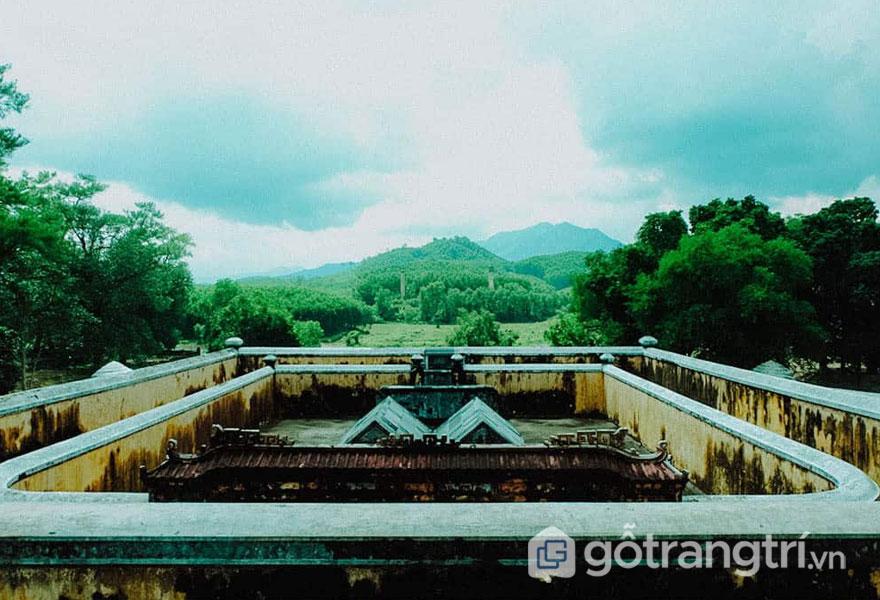 Lăng Gia Long thu hút mọi ánh nhìn với vẻ đẹp kiến trúc đơn sơ - Ảnh: Nguyễn Thị Mai Trang