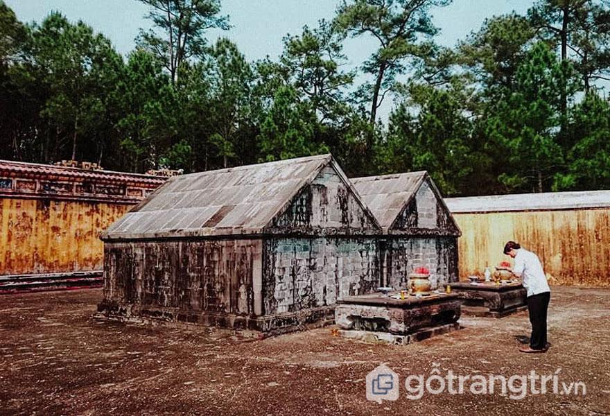 Trùng tu lăng Gia Long để bảo tồn giá trị ban đầu - Ảnh: Nguyễn Thị Mai Trang