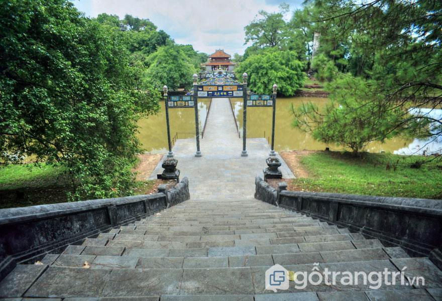 Hồ Minh Nguyệt có 33 bậc đá dẫn đến nơi yên nghỉ của vua - Ảnh: Internet