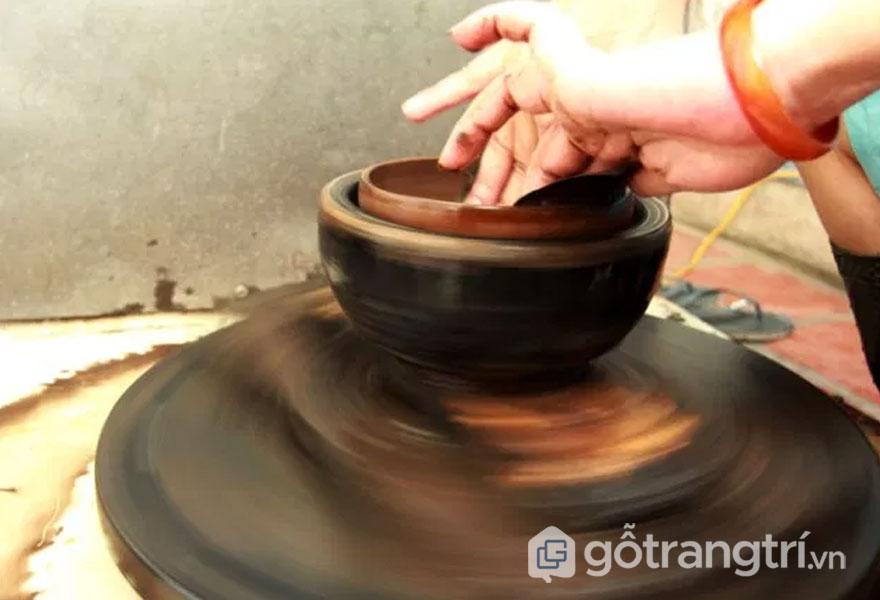 Bó hom vóc cho sản phẩm sơn mài Hạ Thái - (Ảnh: Hồng Hạnh)