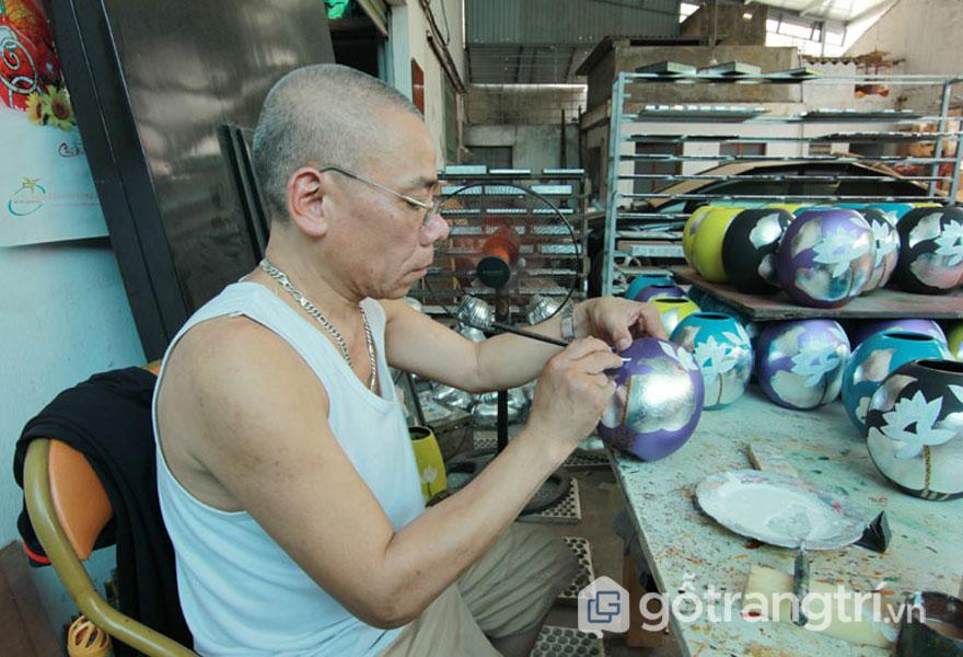 Người thợ phủ sơn, dán lá bạc (Ảnh: Internet)