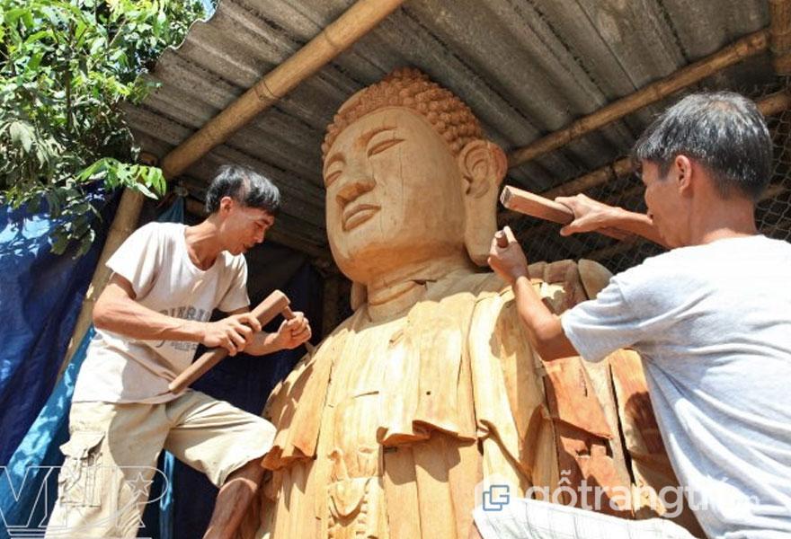 Nghệ nhân làng tạc tượng Bảo Hà làm việc hăng say - Ảnh: TL