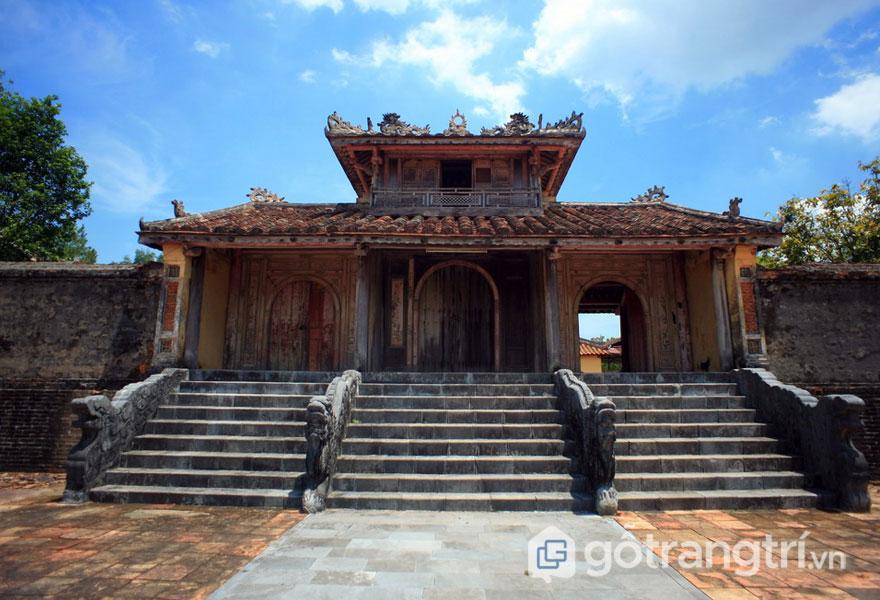 Hồng Trạch Môn là cánh cổng với hình dạng vọng lâu, rất giống nét kiến trúc của Hiển Đức Môn ở lăng Minh Mạng và Khiêm Cung Môn ở lăng Tự Đức (Ảnh: Internet)