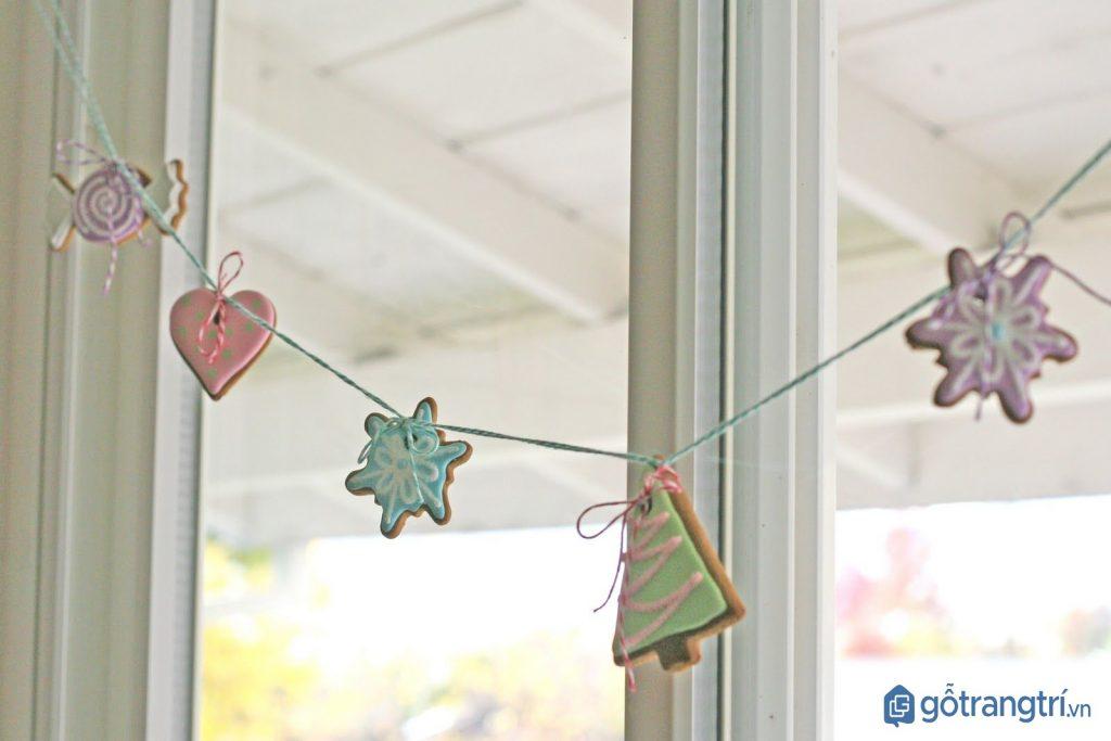 Cách trang trí Noel cho khung cửa sổ với dây treo đơn giản. (ảnh: internet)