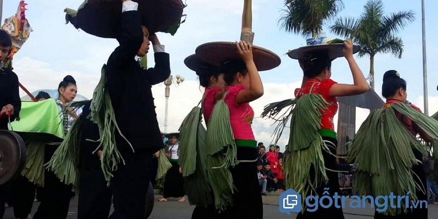 Đoàn hát trong lễ cầu mưa của người Thái đi đến từng nhà bà cụ già (Ảnh: Internet)
