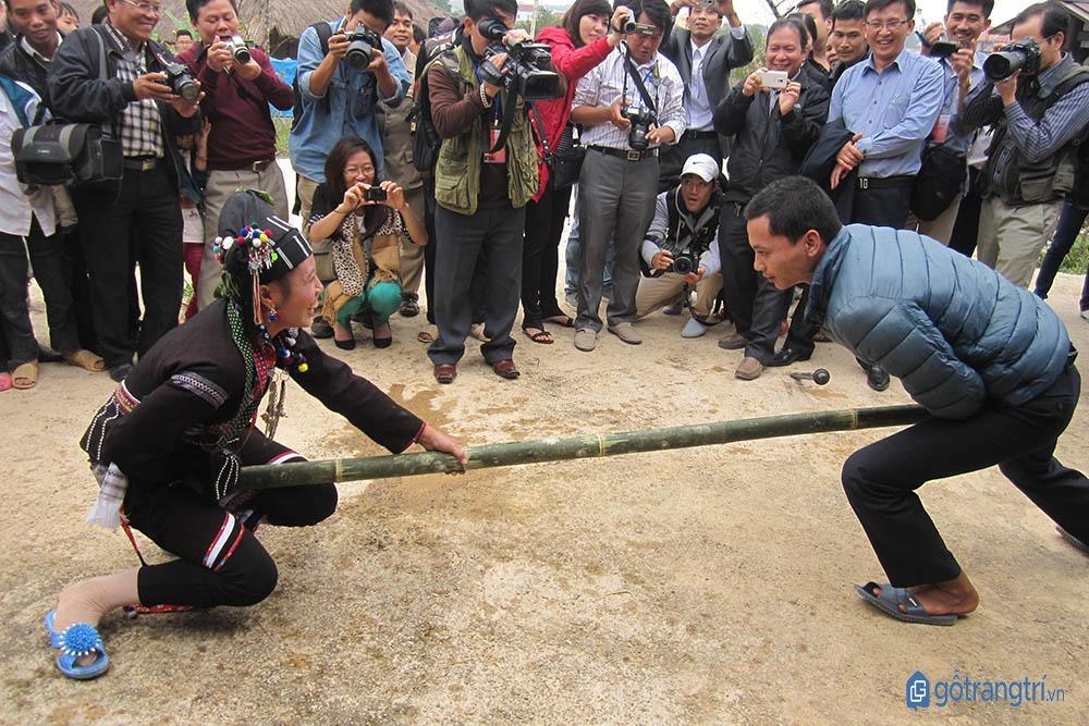Trò chơi đẩy gậy diễn ra sôi động trong lễ hội Căm Mường. (ảnh: internet)