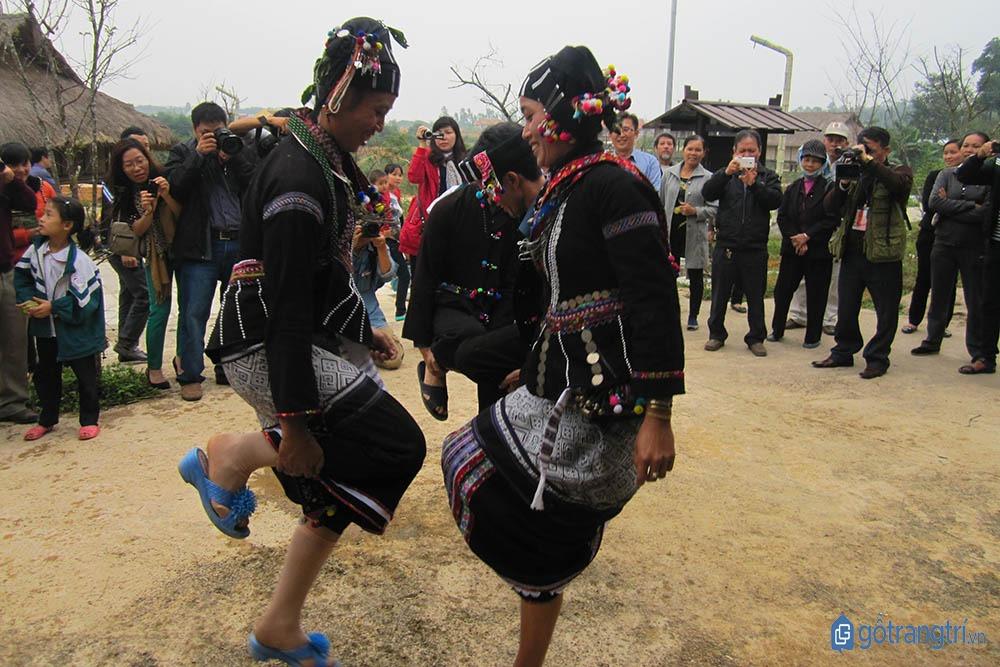 Các cô gái người Lự múa hát bài hát truyền thống trong lễ hội Căm Mường. (ảnh: internet)