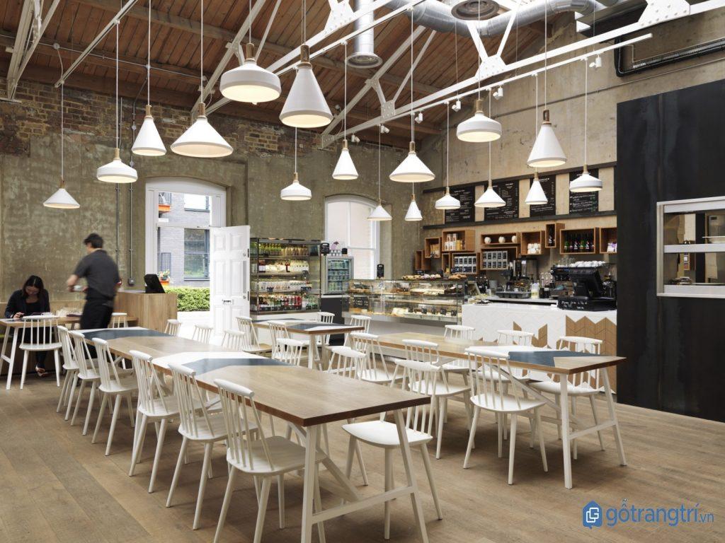 Thiết kế nội thất quán cà phê đẹp với đèn thả trang trí. (ảnh: internet)