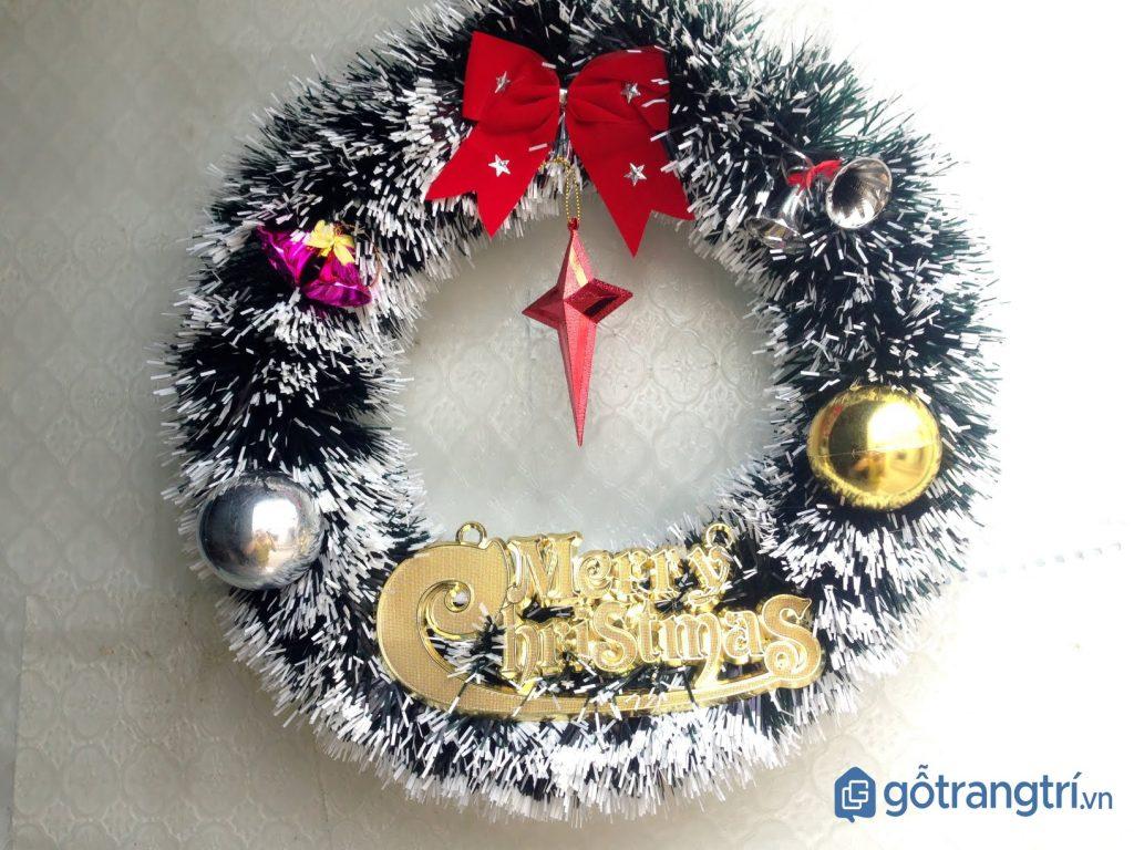 Vòng nguyệt quế trang trí Noel khu vực cửa ra vào. (ảnh: internet)