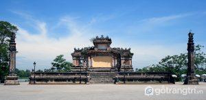 """Đài tưởng niệm chiến sĩ Trận Vong thường gọi là """"Bia Quốc Học"""" nằm đối diện với cổng trường - Ảnh internet"""