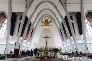 Bàn Thánh được tạc từ đá cẩm thạch nguyên khối do các nghệ nhân làng đá Non Nước ở Đà Nẵng chế tác - Ảnh internet