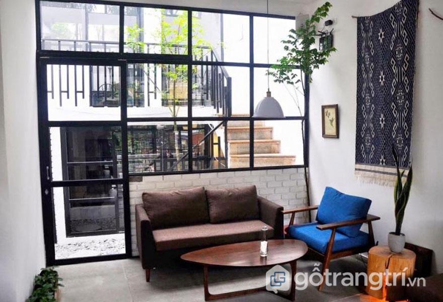 Bàn ghế sofa êm ái kết hợp với bàn gỗ nhỏ tạo điểm khác biệt tạiFIKA. (Ảnh: FIKA Cafe)