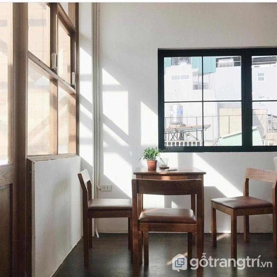 Phong cách scanadinavian:Góc ngồi khá yên tĩnh khi ánh nắng len lỏi chiếu vào(Ảnh: Kone Cafe)