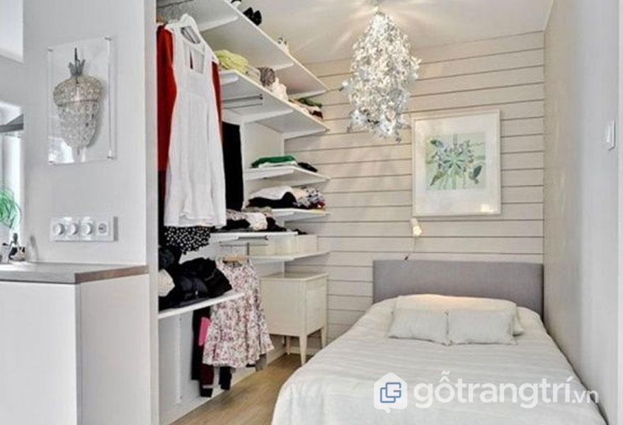 Phòng ngủ thiết kế kệ đựng đồ thay cho tủ quần áo (Ảnh: Internet)