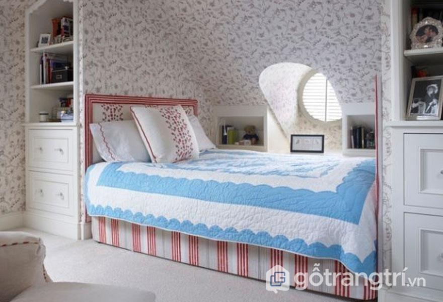 Phòng ngủ rộng hơn nhờ giấy dán tường họa tiết và ga trải dường trắng xanh (Ảnh: Internet)