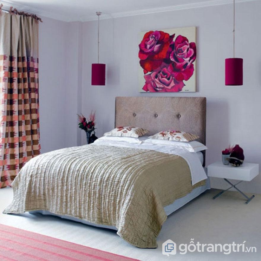 Phòng ngủ trang trí tranh hoa cơi nới diện tích sống (Ảnh: Internet)