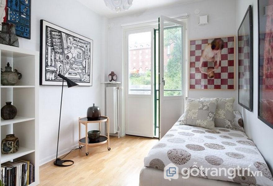 Căn phòng ngủ tuy nhỏ nhưng lại rất thoáng với ga trải giường họa tiết (Ảnh: Internet)