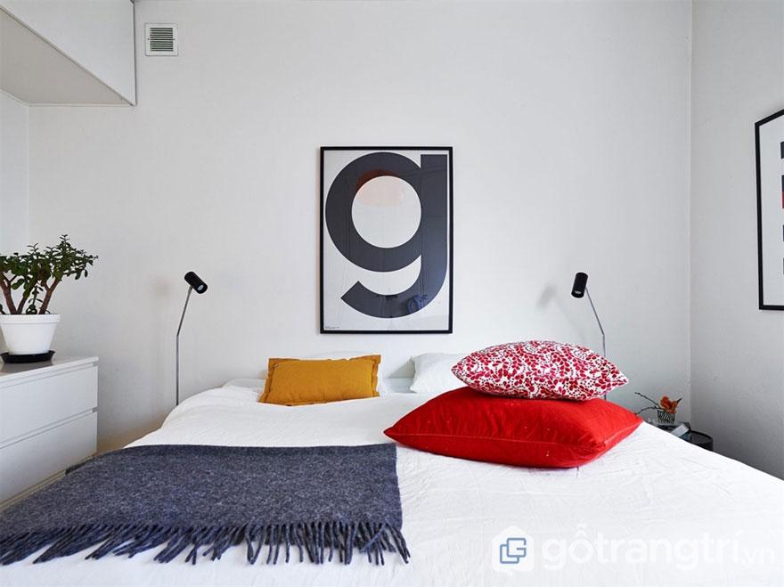 Phòng ngủ theo phong cách scandinavian nổi bật với chiếc gối ôm màu đỏ, họa tiết đẹp (Ảnh: Internet)