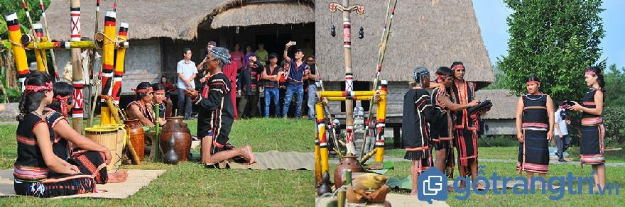 Phong tục của người Gia Rai: Nghi thức tạ ơn cha mẹ của đôi vợ chồng nguời Gia Rai trước sự chứng kiến của già làng và dân làng. (Ảnh:Internet)
