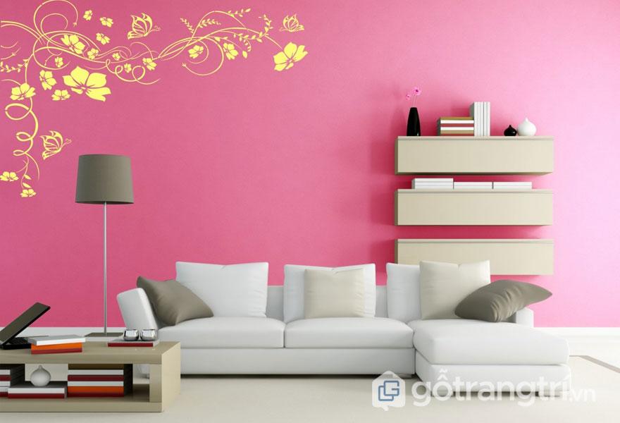 Bức tường phòng khách sơn hình những họa tiết màu vàng sinh động trên nền hồng - Ảnh: Internet