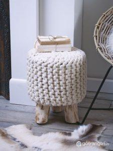 Chiếc ghế đôn bọc len đơn giản với gam màu trung tính - Ảnh internet