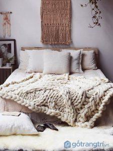 Nên chọn những mẫu chăn len có kích thước nhỏ để trang trí không gian nhà bạn- Ảnh internet