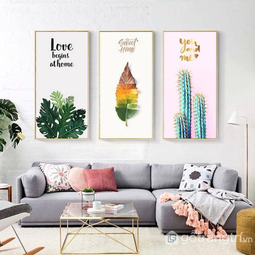 Treo tranh trang trí sau sofa để tạo điểm nhấn, giảm độ trống trải trong phòng