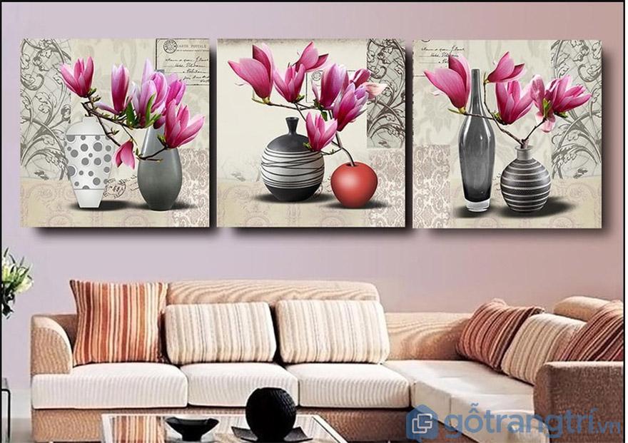 Không gian phòng khách sang trọng, đẹp tự nhiên với mẫu tranh về bình hoa (Nguồn internet)