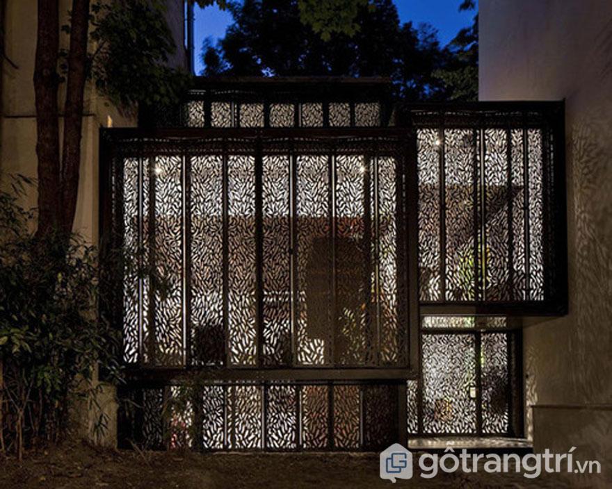 Mặt trước của ngôi nhà hoàn toàn sử dụng tấm vách kim loại lazer - Ảnh: Internet
