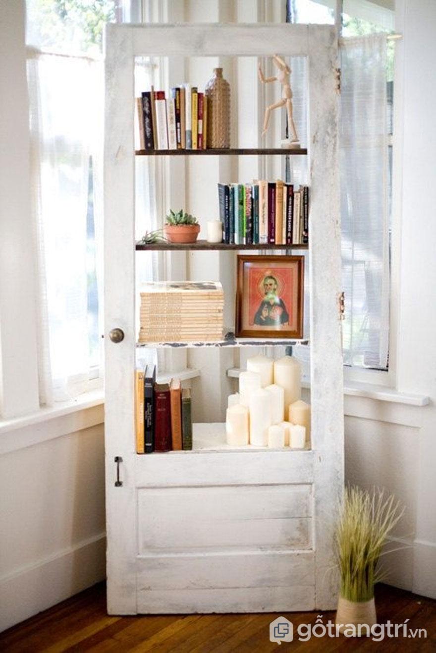 Tận dụng cửa gỗ cũ thành giá đựng sách - Ảnh: Internet