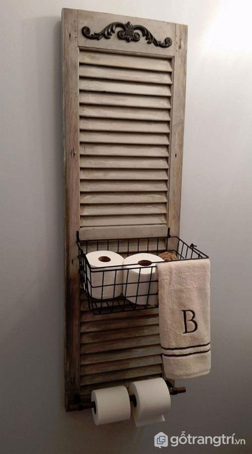 Tái chế cánh cửa gỗ cũ thành khay để đồ trong nhà tắm - Ảnh: Internet