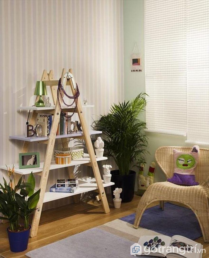 Thêm tấm gỗ ép cầu thang biến thành giá sách - Ảnh: Internet